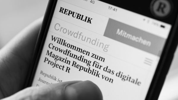 iPhone Bildschirm mit Website Crowdfunding für Republik